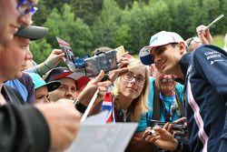 Sergio Perez, Force India fait un selfie avec des fans