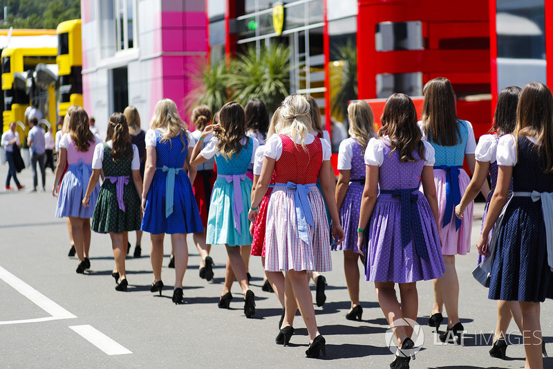 Des grid girls en costume traditionnel
