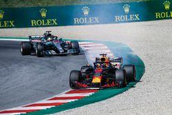 Daniel Ricciardo, Red Bull Racing RB14 with smoking engine