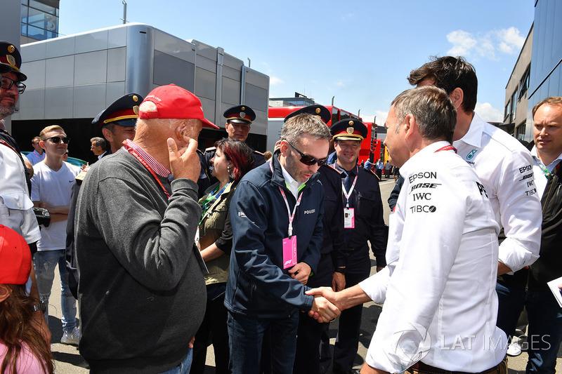 Herbert Kickl, Ministro degli Interni austriaco con Niki Lauda, Presidente non esecutivo, Mercedes AMG F1 e Toto Wolff, Direttore del Motorsport, Mercedes AMG F1