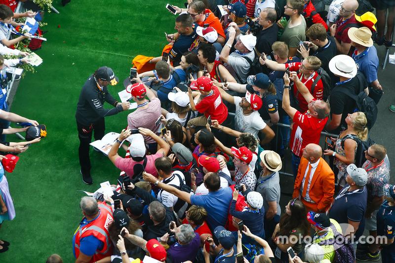 Fernando Alonso, McLaren, atiende a sus fans