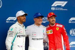 Ganador de la Pole Valtteri Bottas, Mercedes AMG F1, posa con Lewis Hamilton en el segundo puesto, Mercedes AMG F1 y el tercer puesto Sebastian Vettel, Ferrari