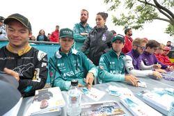 Andre Lotterer, Techeetah, Tom Blomqvist, Andretti Formula E Team, Antonio Felix da Costa, Andretti Formula E Team, signent des autographes