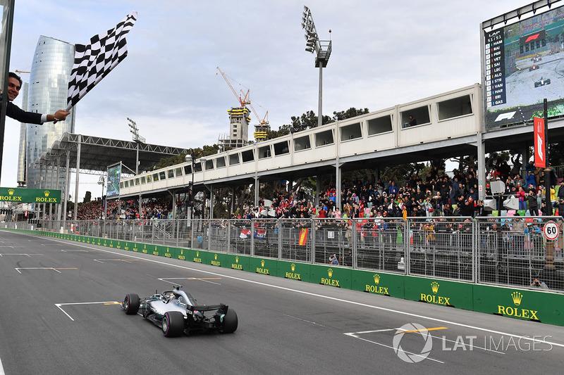 Race winner Lewis Hamilton, Mercedes-AMG F1 W09 EQ Power takes the chequered flag