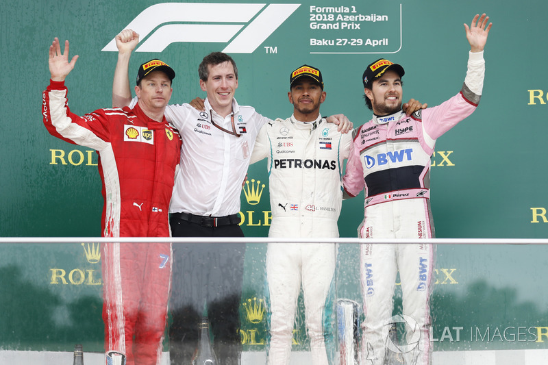 Kimi Raikkonen, Ferrari, 2° classificato, delegato Mercedes per il trofeo costruttori, Lewis Hamilton, Mercedes AMG F1, 1° classificato, e Sergio Perez, Force India, 3° classificato, sul podio