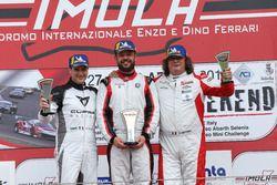 Podio TCR Gara 1: il secondo classificato Salvatore Tavano, il vincitore Luigi Ferrara, 42 Racing SA, il terzo classificato Enrico Bettera, Pit lane Competizioni