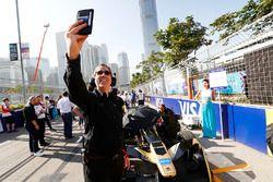 Mark Preston takes a selfie with the car ofJean-Eric Vergne, Techeetah
