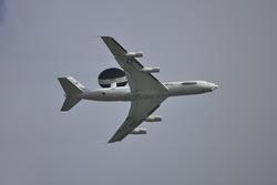 Avión de fuerza aérea E-3 Sentry AWACS estadounidense sobrevuela Homestead-Miami Speedway