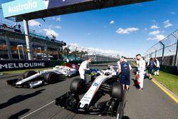 Los ingenieros de Williams preparan el auto de Sergey Sirotkin, Williams FW41 Mercedes, en la parril