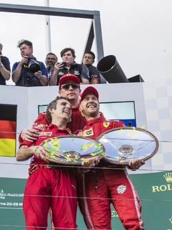 Inaki Rueda, ingénieur stratégie de Ferrari, Sebastian Vettel, Ferrari et Kimi Raikkonen, Ferrari, sur le podium avec leurs trophées