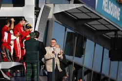 Le deuxième, Lewis Hamilton, Mercedes AMG F1, le vainqueur Sebastian Vettel, Ferrari, et le troisième, Kimi Raikkonen, Ferrari, sur le podium