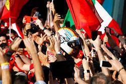 Il vincitore della gara Sebastian Vettel, Ferrari, festeggia con il team all'arrivo nel parco chiuso