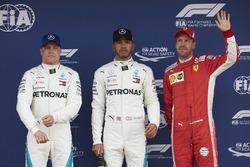Najlepsi w kwalifikacjach: Valtteri Bottas, Mercedes AMG F1, zdobywca P1 Lewis Hamilton, Mercedes AMG F1, i trzeci Sebastian Vettel, Ferrari
