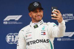Ganador de la pole Lewis Hamilton, Mercedes-AMG F1 celebra con una selfie en parc ferme