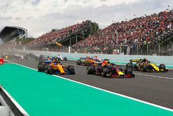 Daniel Ricciardo, Red Bull Racing RB14, Fernando Alonso, McLaren MCL33 and Carlos Sainz Jr., Renault Sport F1 Team R.S. 18. bij de start