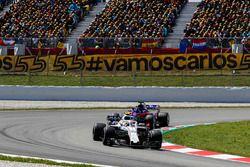 Sergey Sirotkin, Williams FW41, leadsBrendon Hartley, Toro Rosso STR13