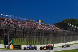 Pascal Wehrlein, Sauber C36 en lutte avec Daniel Ricciardo, Red Bull Racing RB13
