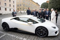A Papa Francesco viene regalata una Lamborghini Huracan