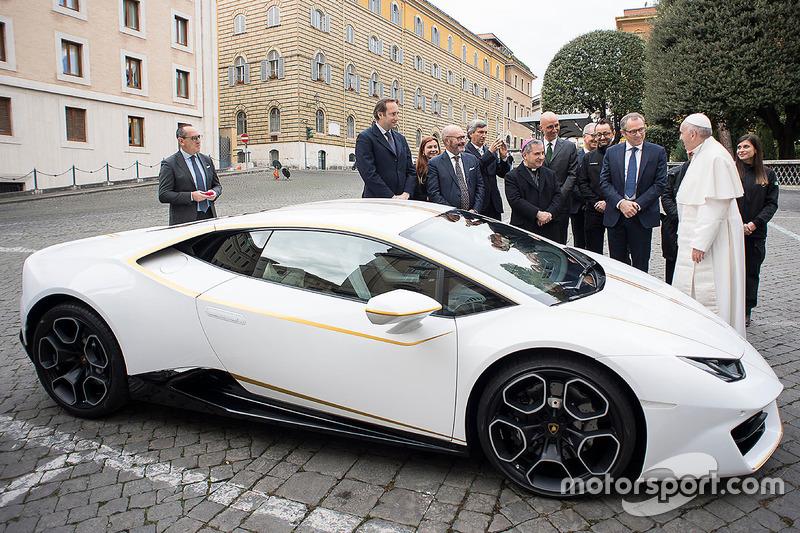 Paus Franciscus ontvangt een Lamborghini Huracan