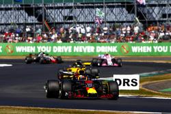 Daniel Ricciardo, Red Bull Racing RB14, leads Nico Hulkenberg, Renault Sport F1 Team R.S. 18