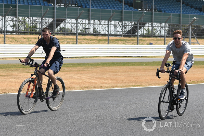 Jenson Button, va in bici lungo il circuito