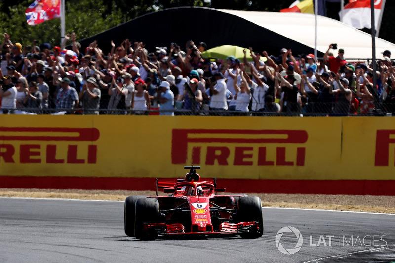 Le vainqueur Sebastian Vettel, Ferrari SF71H, salue la foule