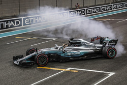 Lewis Hamilton, Mercedes-Benz F1 W08 fa dei donut nel parco chiuso