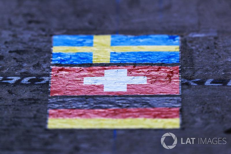 Bandera sueca, la bandera Suiza y bandera alemana en la caja del boxes de Sauber