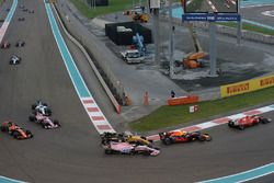 Max Verstappen, Red Bull Racing RB13, Sergio Perez, Sahara Force India VJM10 en Nico Hulkenberg, Ren