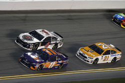 Denny Hamlin, Joe Gibbs Racing Toyota, Paul Menard, Wood Brothers Racing Ford Fusion
