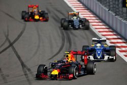 Даниил Квят, Red Bull Racing RB12, Маркус Эрикссон, Sauber C35, и Серхио Перес, Force India VJM09