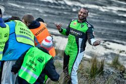 I marshal spingono la vettura incidentata di Yazeed Al Rajhi, Michael Orr, Yazeed Racing Ford Fiesta