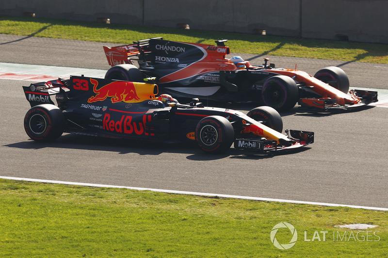Max Verstappen, Red Bull Racing RB13 y Fernando Alonso, McLaren MCL32, en FP3
