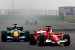 Michael Schumacher, Ferrari 248 F1 y Fernando Alonso, Renault R26