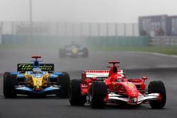 Michael Schumacher, Ferrari 248 F1 en Fernando Alonso, Renault R26
