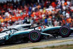Lewis Hamilton, Mercedes AMG F1 W09, y Valtteri Bottas, Mercedes AMG F1 W09, saludan tras ganar la carrera