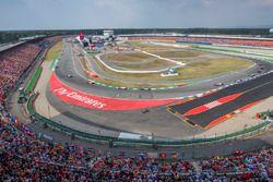 Fernando Alonso, McLaren MCL33, devant Sergio Perez, Force India VJM11, et Lewis Hamilton, Mercedes AMG F1 W09