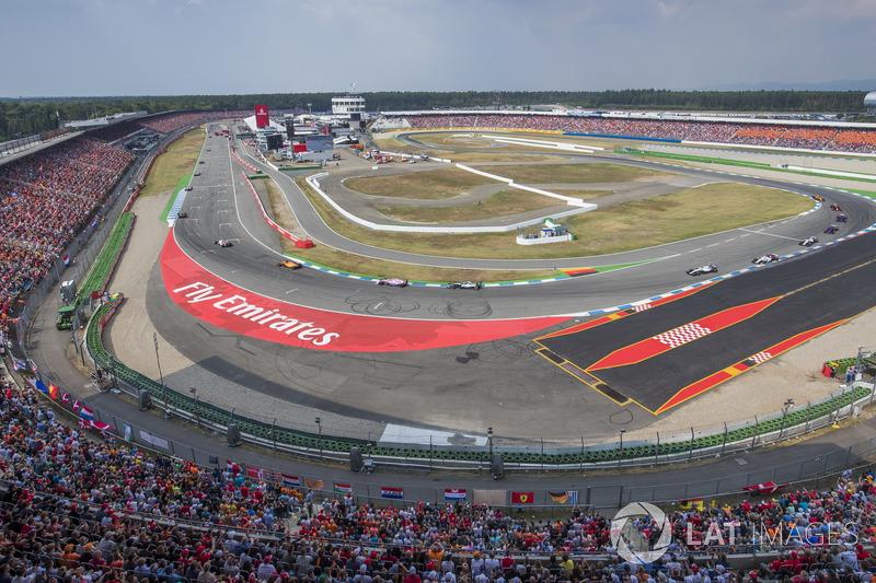 Fernando Alonso, McLaren MCL33, delante de Sergio Perez, Force India VJM11, y Lewis Hamilton, Mercedes AMG F1 W09