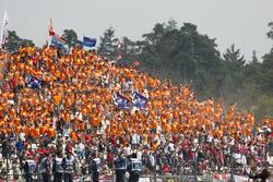 Des fans néerlandais soutiennent Max Verstappen, Red Bull Racing