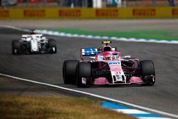 Esteban Ocon, Force India VJM11, devant Marcus Ericsson, Sauber C37