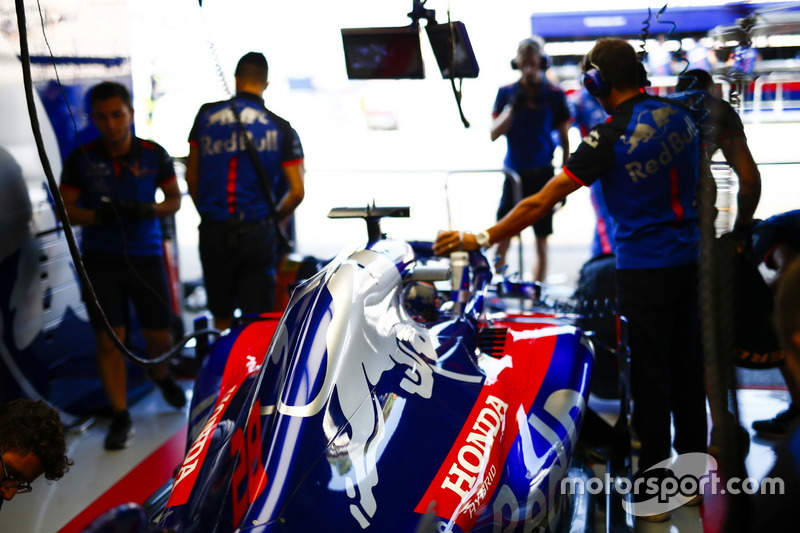 Toro Rosso engineers work on the car of Brendon Hartley, Toro Rosso STR13