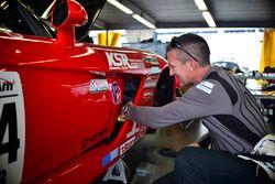 Lee Saunders trabaja en el #84 TA3 Dodge Viper