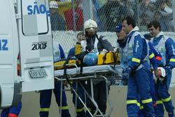 Fernando Alonso, Renault Renault F1 Team R23, viene messo nell'ambulanza su una barella