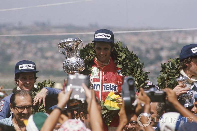 Pódio do GP do Brasil de 1976: Niki Lauda, vencedor, Patrick Depailler, terceiro e Tom Pryce em segundo