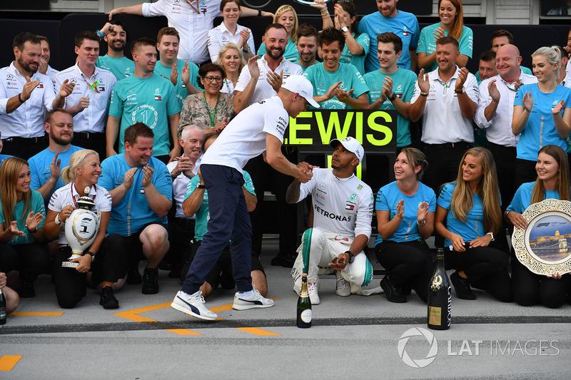 Lewis Hamilton, Mercedes-AMG F1 y Valtteri Bottas, Mercedes-AMG F1 celebran con el equipo