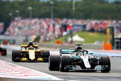 Lewis Hamilton, Mercedes AMG F1 W09, devant Carlos Sainz Jr., Renault Sport F1 Team R.S. 18