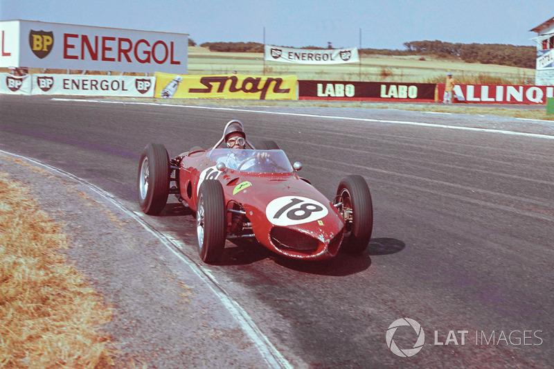 Фил смог дотолкать Ferrari до боксов и вернуться в гонку, но потерял несколько кругов. Теперь лидировал Ричи Гинтер, но преследователи были не так и далеко