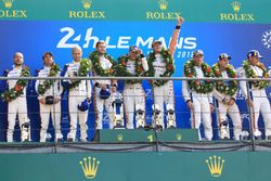 LMGTE Pro podyum: Yarış galibi Michael Christensen, Kevin Estre, Laurens Vanthoor, Porsche GT Team, 2.Richard Lietz, Gianmaria Bruni, Frédéric Makowiecki, Porsche GT Team, 3. Joey Hand, Dirk Müller, Sébastien Bourdais, Ford Chip Ganassi Racing