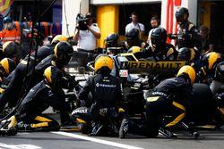 Carlos Sainz Jr., Renault Sport F1 Team R.S. 18, pit stop