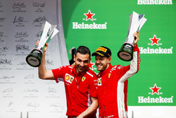 Nicola Bariselli, Race Engineer, Ferrari, en Sebastian Vettel, Ferrari, 1e plaats